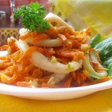Кальмары тушёные с морковью, луком и стеблями сельдерея